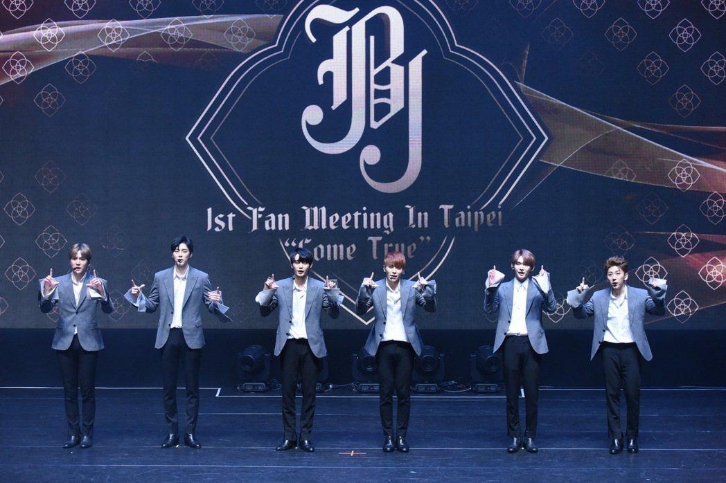 JBJ穿著制服西裝勁歌熱舞。圖/Bing young提供