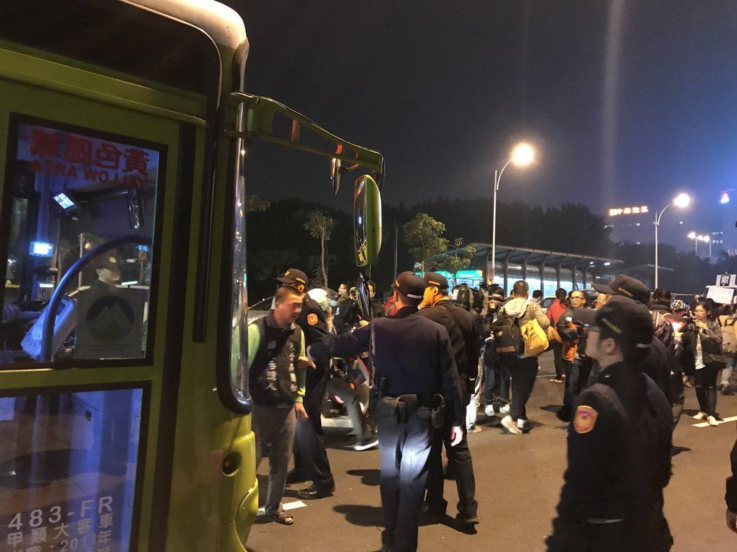 300名反勞基法修惡的青年,步行在中華路一段車道上,警方則在一旁指揮交通。記者呂...