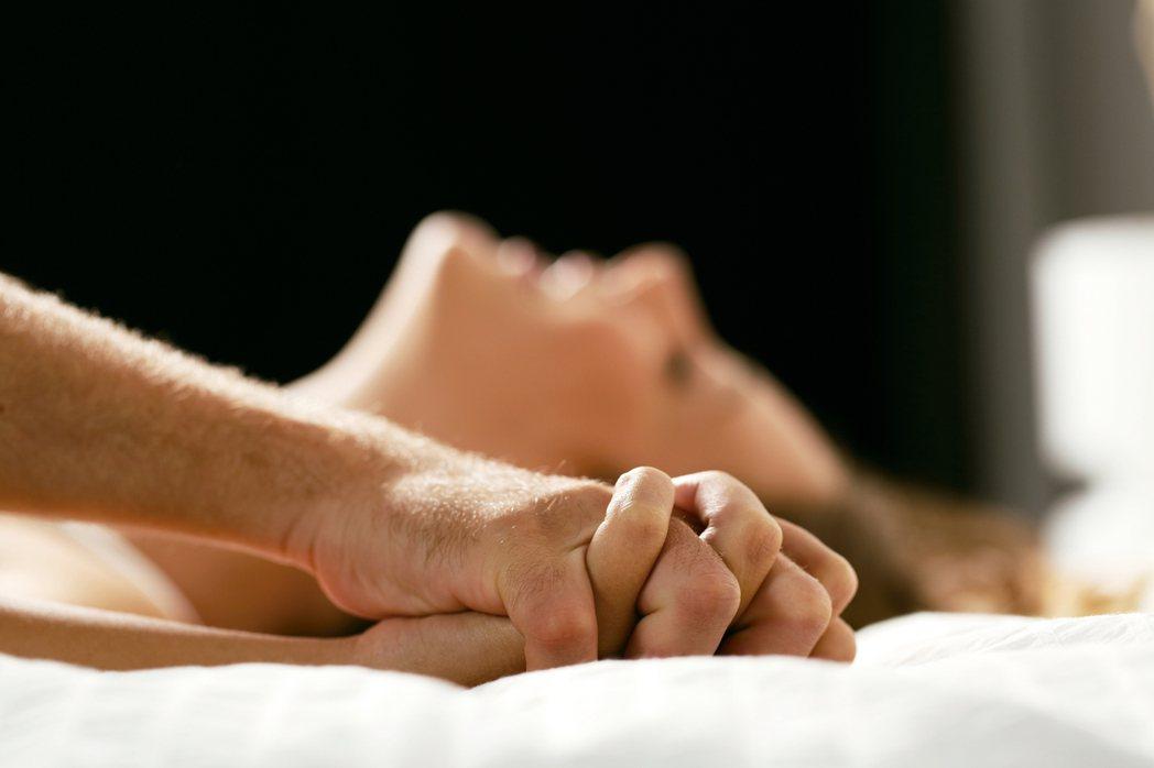 有些心臟病患者因擔心無法承受性行為的運動量、害怕「馬上風」而拒絕性生活,但美國心...