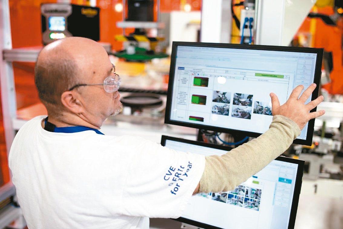 汽車零件供應商Faurecia在美國印第安那州哥倫布市的數位化新廠,員工須仰賴觸...
