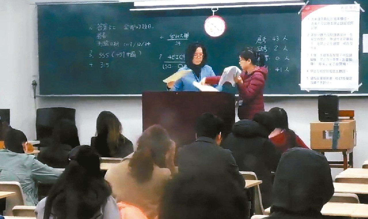 多益聽力出包,台北大學考場回收試券。 圖/翻攝自讀者提供畫面