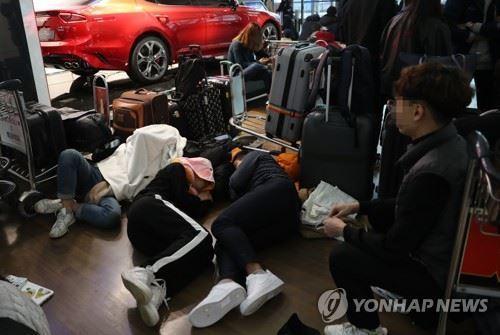 朝鮮半島西部連兩天出現大霧,有逾900航班被延誤或取消,大批乘客被迫留在機艙內或...