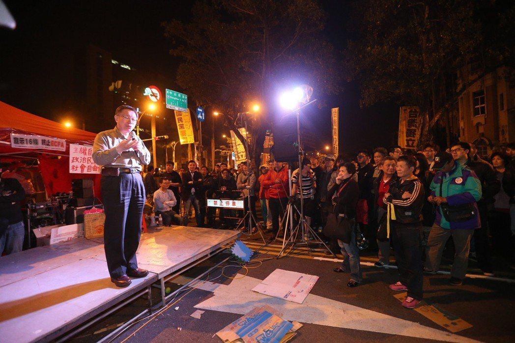 占據立院的反服貿行動現場第8天凌晨,當時有意參選台北市長的台大醫師柯文哲(左),...