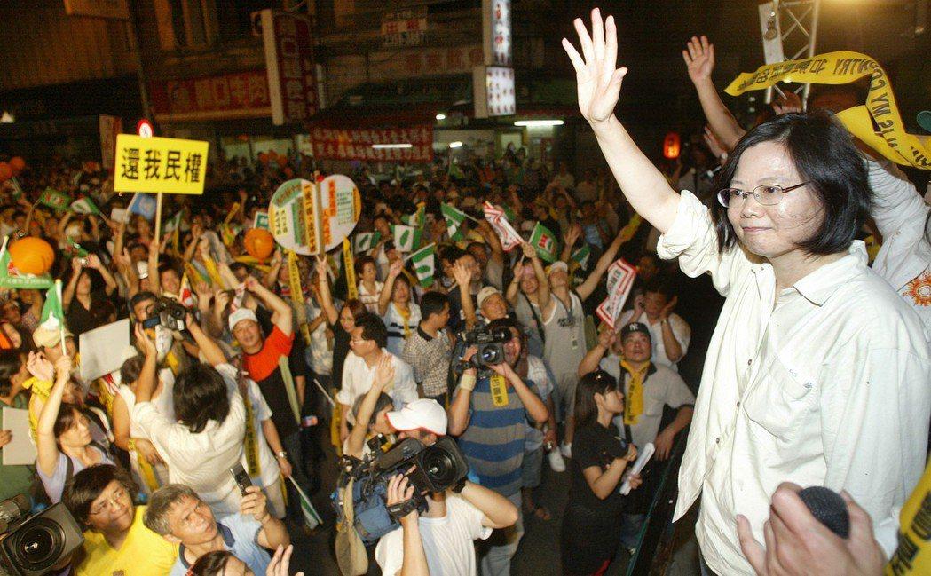 2008年時任民進黨主席的蔡英文(右)號召綠營群眾,發動圍城遊行向馬英九與海協會...