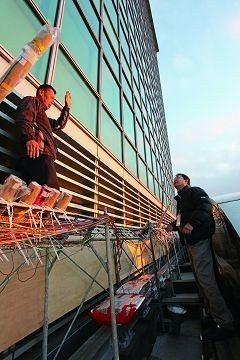 工程人員在101大樓外進行煙火架設的準備工作。(攝影/梁朝安)