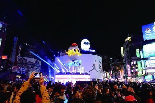 台北燈節移師西區,吸引眾多人潮參觀。(圖/ Shutterstock提供)