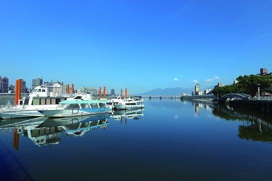 遊客可從大稻埕碼頭搭乘遊艇一覽藍色水路美麗景色。(圖/ Shutterstock...