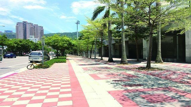 天母棒球場周邊人行道採用透水鋪面,讓雨水更容易滲入土壤。(圖╱台北市政府工務局提...