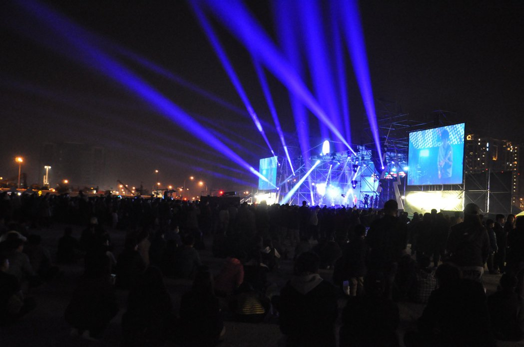 桃園鐵玫瑰音樂節搖滾耶誕趴昨晚在高鐵桃園站前廣場舉行,吸引三萬多人參與。記者張裕