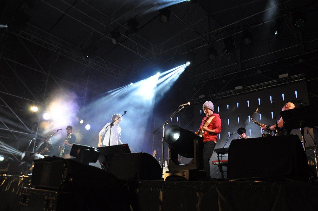 桃園鐵玫瑰音樂節搖滾耶誕趴昨晚在高鐵桃園站前廣場舉行,吸引三萬多人參與。記者張裕...