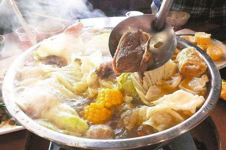新竹一名9旬老翁吃火鍋,吞下丸子不幸噎死。示意圖/報系資料照