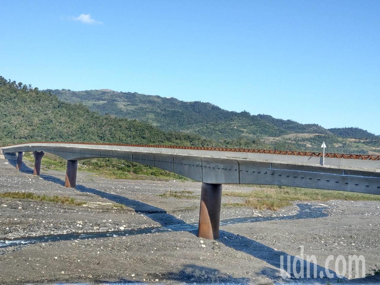 宜蘭縣政府說等到耐候鋼材質的欄杆氧化鏽蝕完成,未來在陽光照射下,欄杆會呈現金黃色...