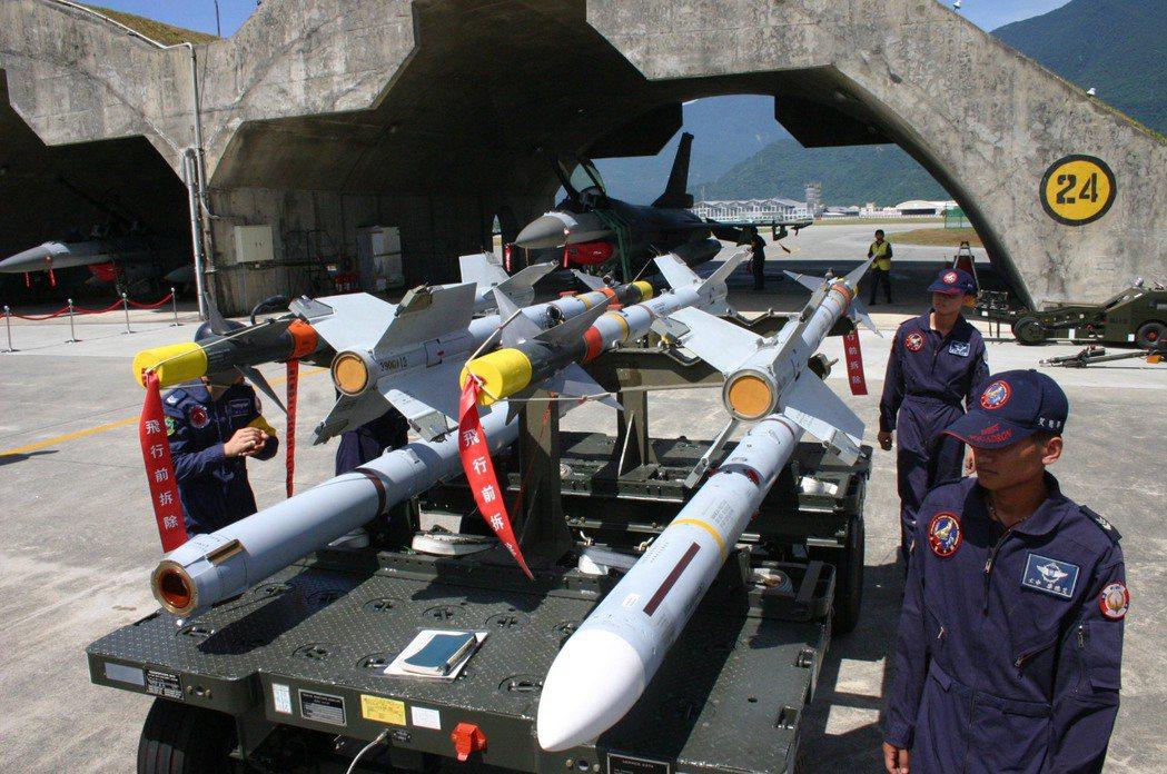 空軍「鳳展專案」明年起分年增加196億2376萬4千元預算,採購八項裝備與彈藥。...