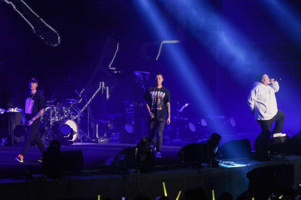 左至右小春、瘦子、大淵在台中開唱。圖/本色音樂提供