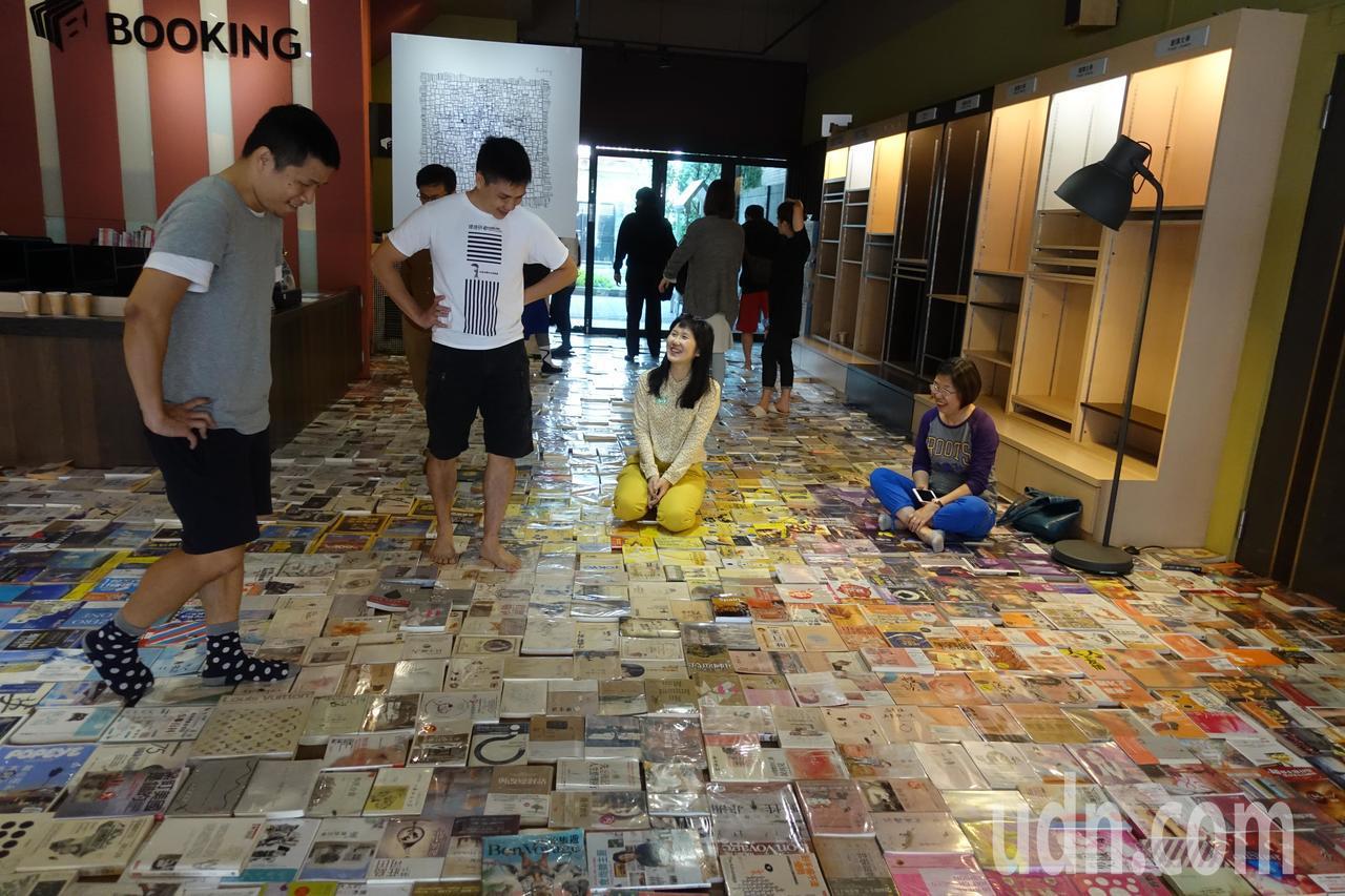 2800多本書攤開擺在地上,形成一片書海,大家踩在書上或坐在書上。記者劉星君/攝...