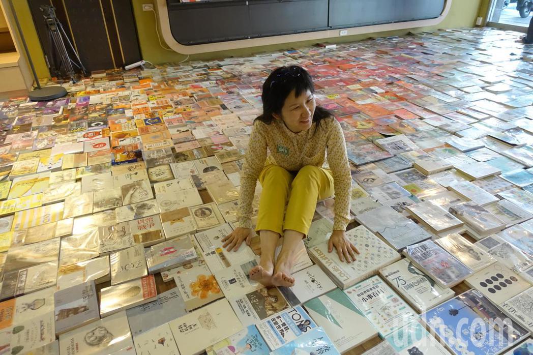 來店的客人們,可以坐在書上。記者劉星君/攝影