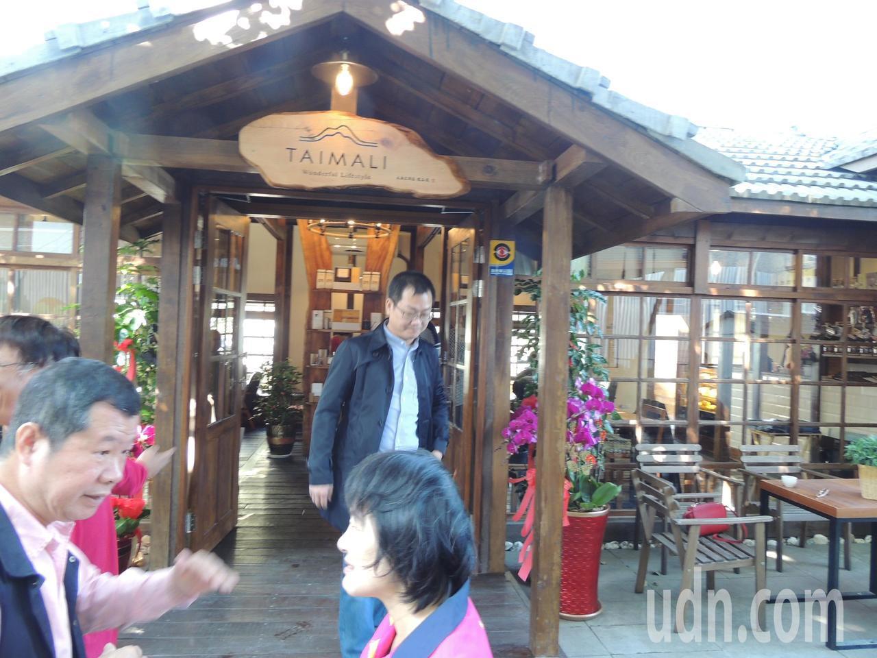 電影導演黃朝亮(中)創建品牌「太麻里文創咖啡」台灣本店昨在台東市開幕。記者羅紹平...