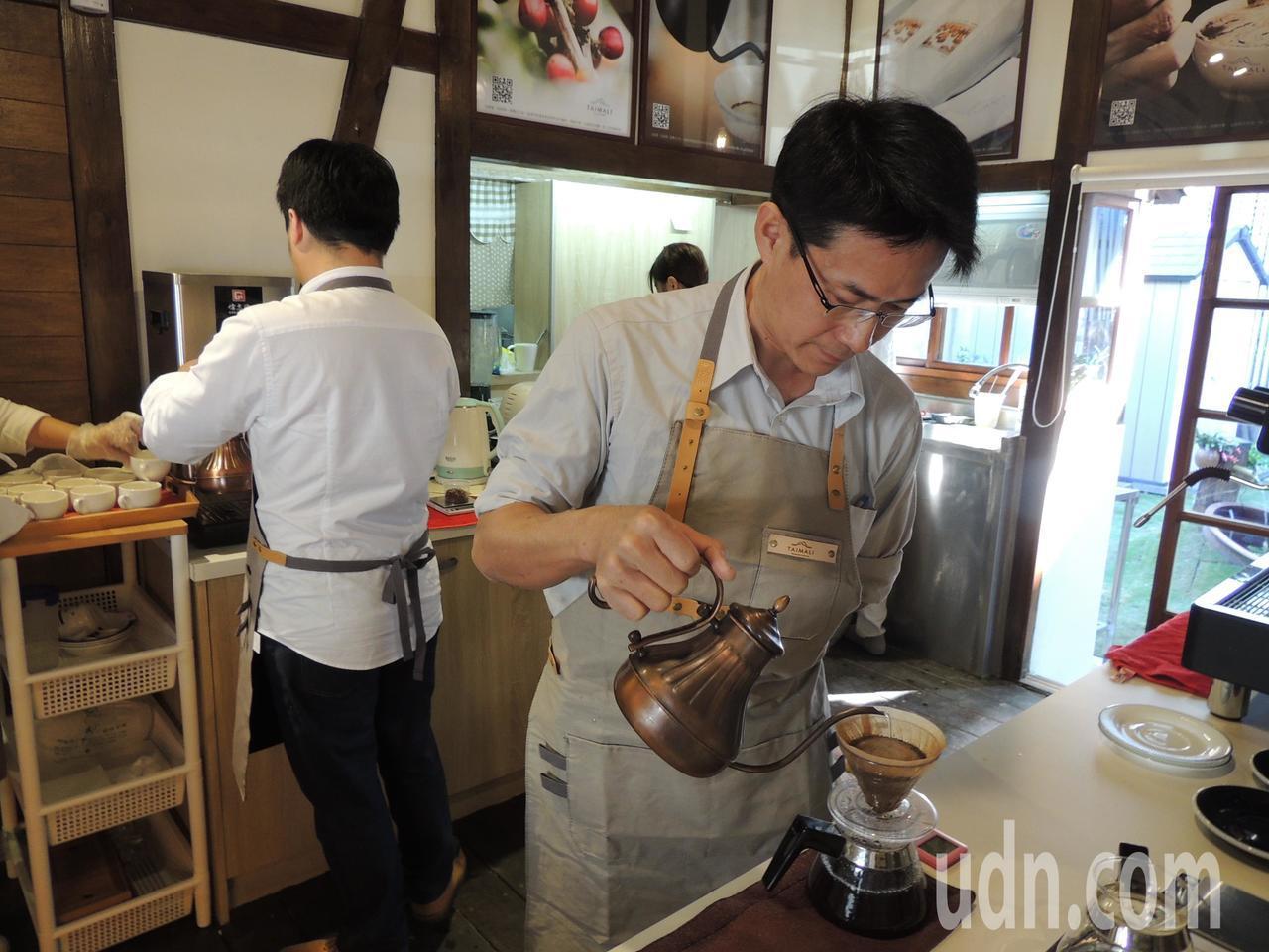 電影導演黃朝亮創建「太麻里文創咖啡」台灣本店昨在台東市開幕。記者羅紹平/攝影