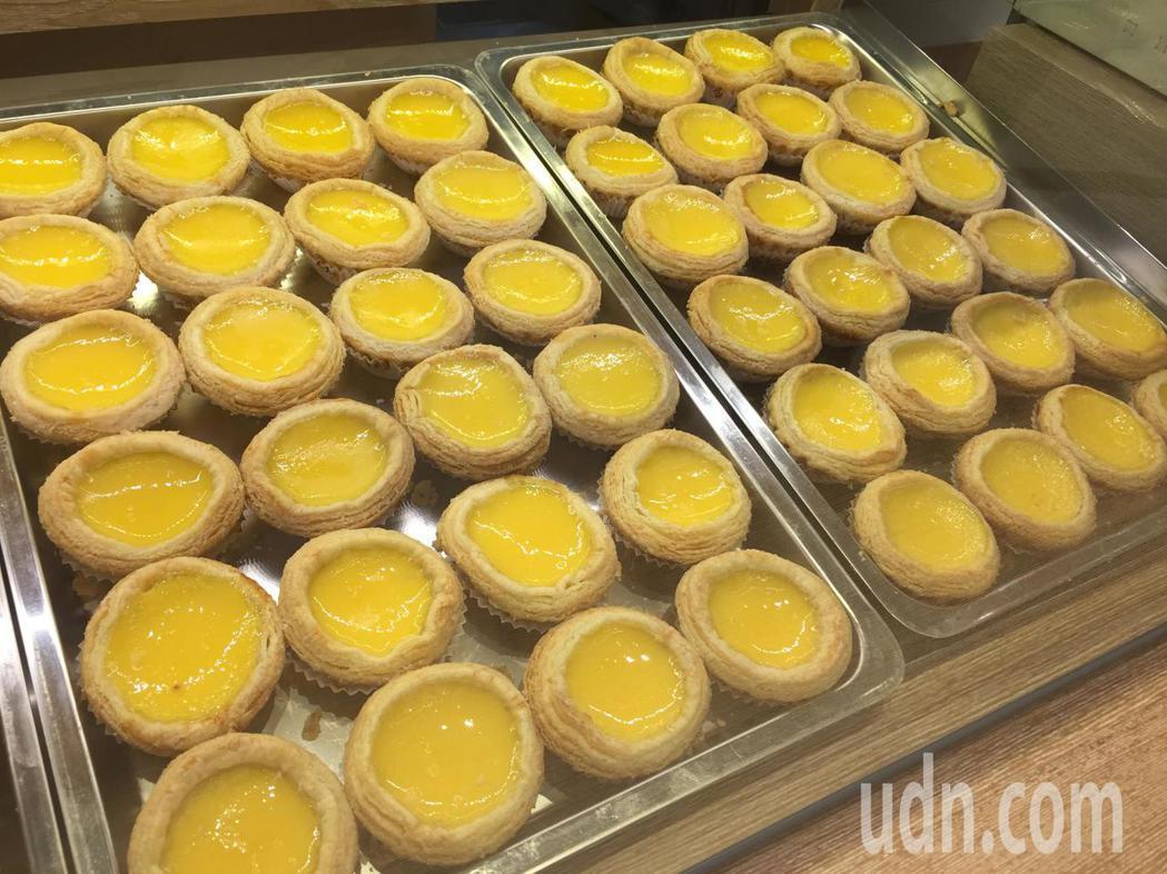 「檀島香港茶餐廳」的招牌為酥皮蛋撻,酥皮製作需要三天時間,多層酥皮足足有192層...