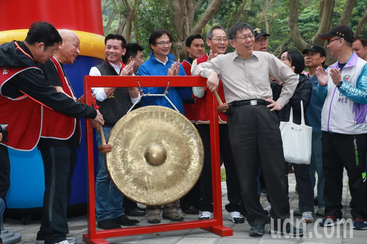 台北市柯文哲上(前排右)午前往象山公園參加「運動公益反毒園遊會」,為籃球比賽主持...