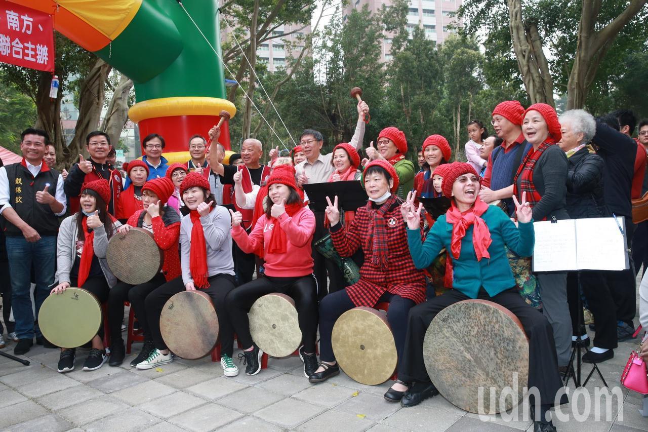 台北市柯文哲上午前往象山公園參加「運動公益反毒園遊會」,為籃球比賽主持開球等活動...