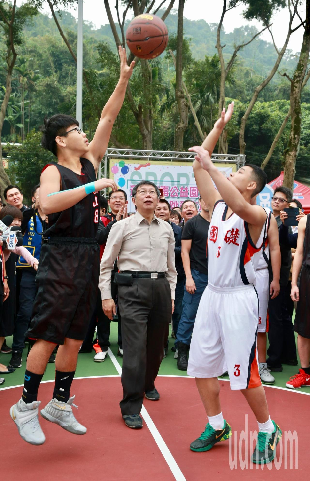 台北市柯文哲(中)上午前往象山公園參加「運動公益反毒園遊會」,為籃球比賽主持開球...
