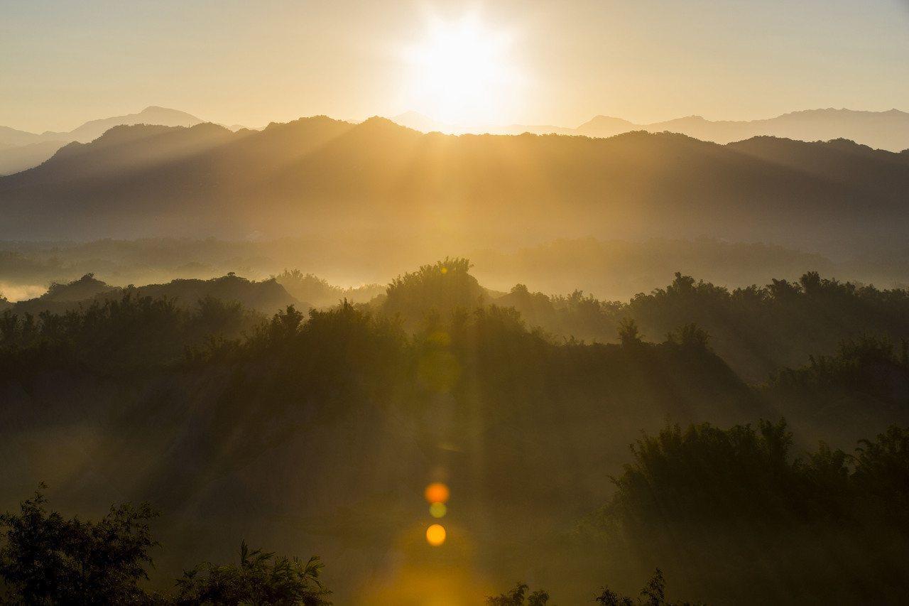 台南跨年三部曲「二寮迎曙光」潑墨般的日出雲海,美不勝收。圖/西拉雅風管處提供