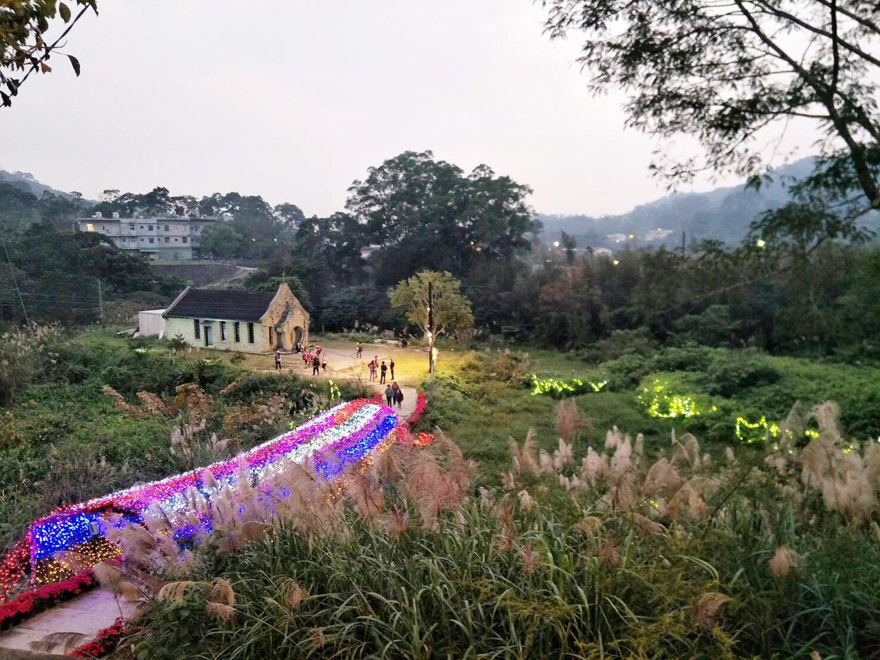 三民山城紅花燈火節,於桃園市復興區基國派教堂附近舉行。圖/農業局提供