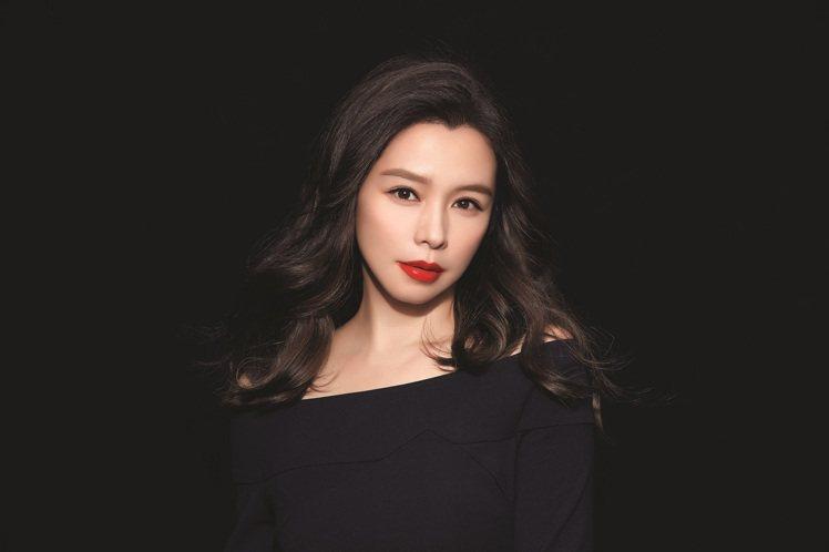 徐若瑄示範絕對慾望奢華美唇露,#306櫻桃玫瑰。圖/雅詩蘭黛提供