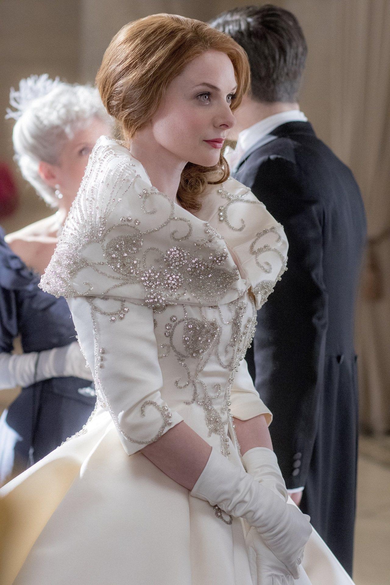 氣質女星蕾貝卡弗格森演繹的女高音Jenny Lind,穿著表面綴以Swarovs...