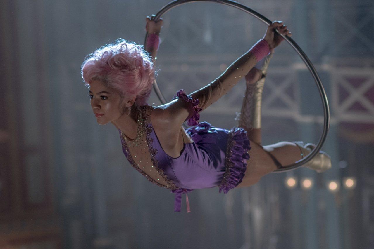 好萊塢青春女星辛蒂亞飾演空中飛人Anne Wheeler,身穿Swarovski...