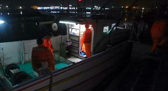 海巡署人員上船確認漁船情形。記者謝恩得/翻攝