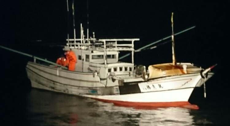 船長落海後的無人漁船,從澎湖漂流到嘉義東石外海。記者謝恩得/翻攝