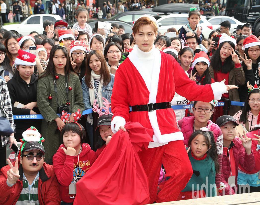 王子於平安夜變裝聖誕老公公與歌迷親密互動。記者陳立凱/攝影