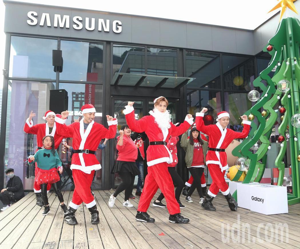 王子(右二)於平安夜變裝聖誕老公公與歌迷親密互動。記者陳立凱/攝影