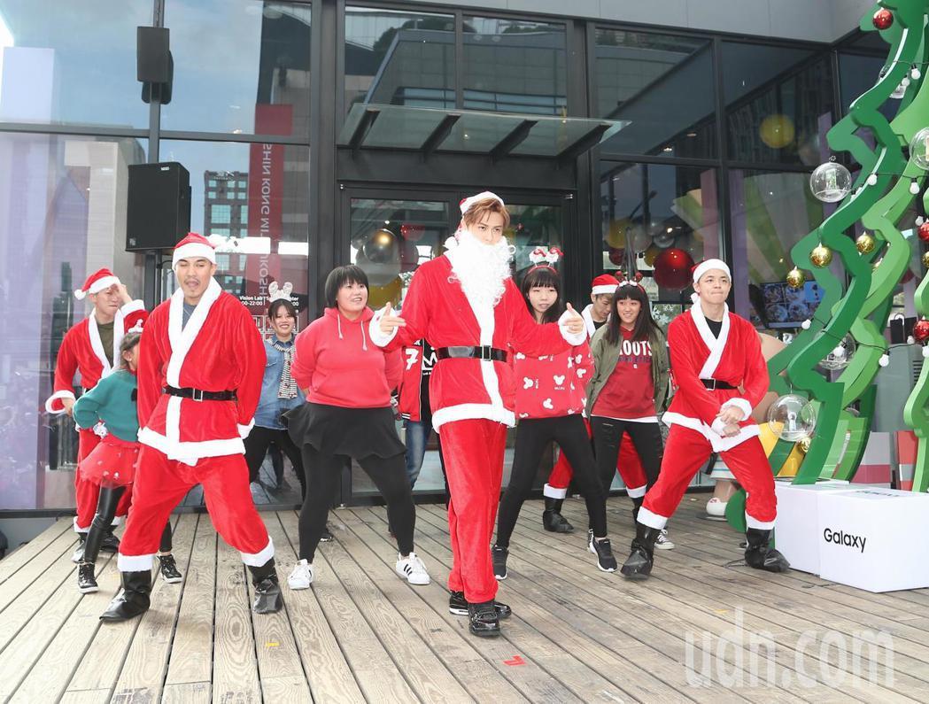 王子(右四)於平安夜變裝聖誕老公公與歌迷親密互動。記者陳立凱/攝影