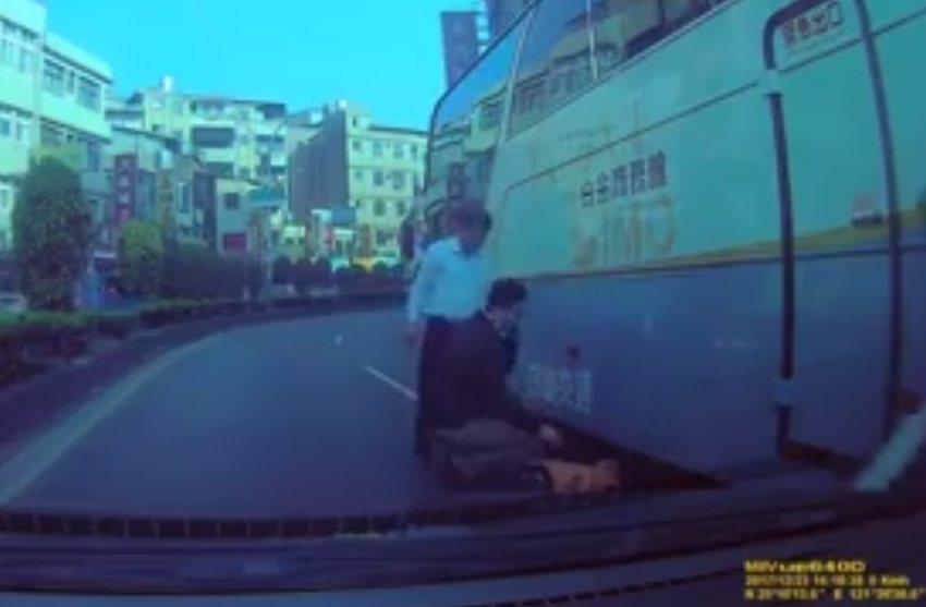老翁摔進遊覽車底下,頭在輪前,幸好有熱心民眾及時發現。 圖/翻攝爆料公社