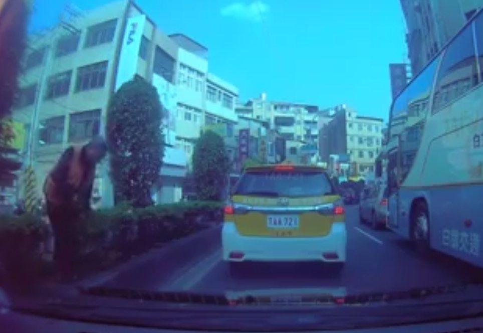 行車紀錄器拍到老翁違規穿越馬路。 圖/翻攝爆料公社