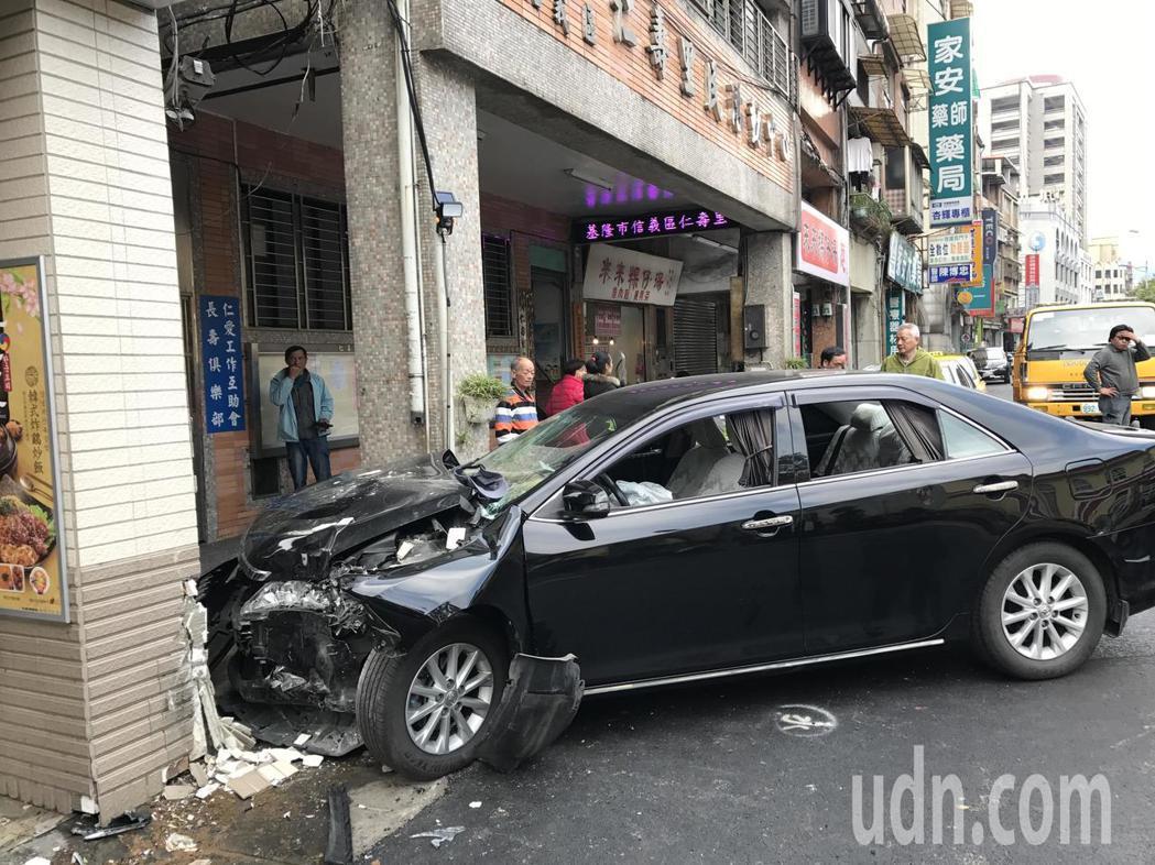 今天下午2點多,一輛從部立基隆醫院停車場開出來的黑色小轎車,突然衝到對向信二路7...