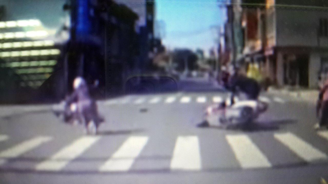 高雄市楠梓區右昌街79巷口發生兩輛機車相撞,男騎士(右)事後離開現場,後方轎車提...