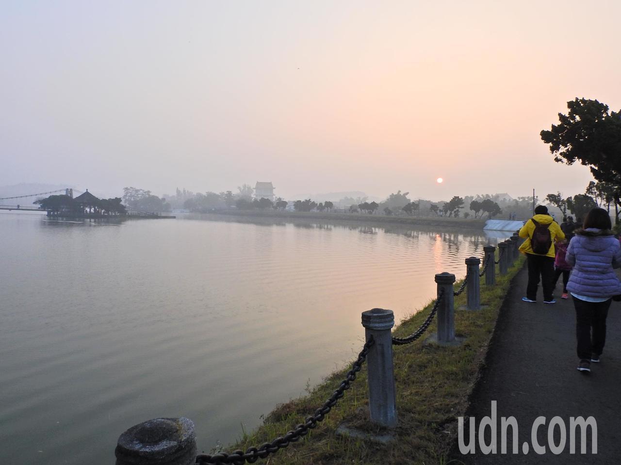 虎頭埤晨曦環湖健行。記者吳淑玲/攝影