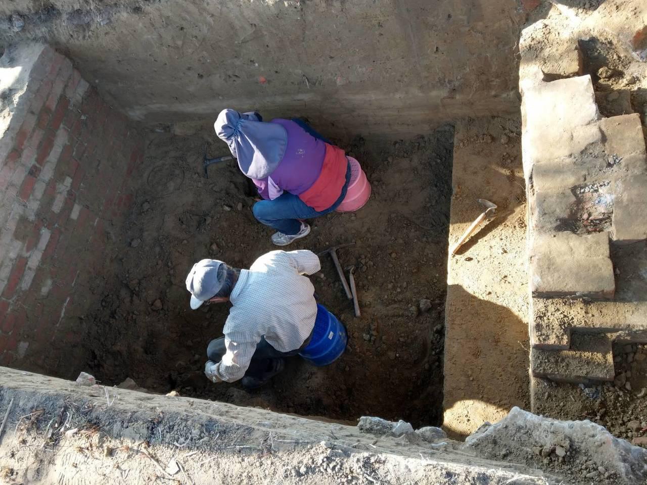 台南市市定遺址日軍射擊場的南側最近又被挖出部分靶溝,圖為考古人員正進行試掘。圖/...