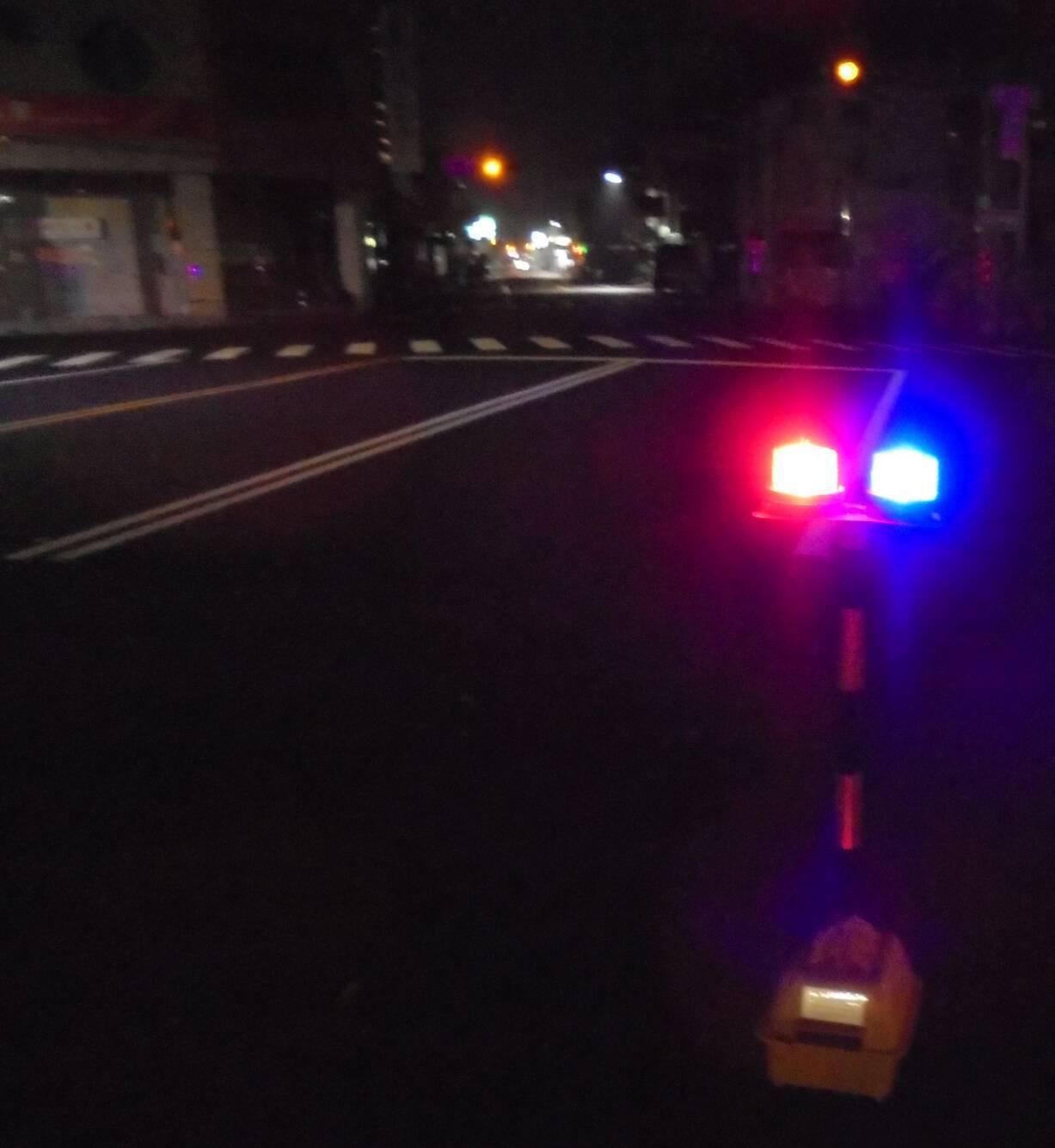 交通大隊在易肇事路段佈設「移動式爆閃警示燈」,提醒用路人減速慢行。圖/台南市警局...
