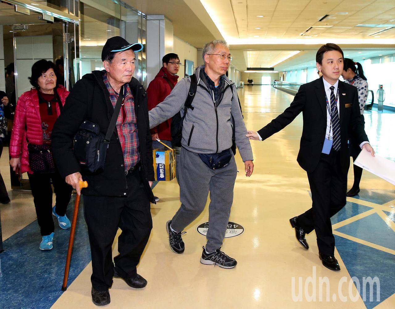 台灣旅行團22日在雲南發生車禍,3名未受傷的團員,65歲的賴姓女子(左1)、74...