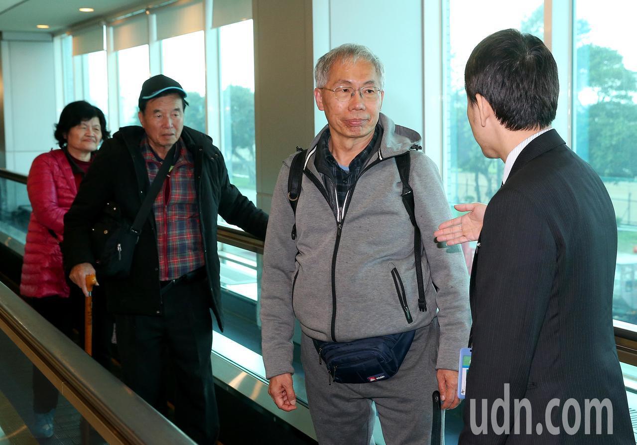 台灣旅行團22日在雲南發生車禍,3名未受傷的團員,65歲的賴姓女子(左起)、74...