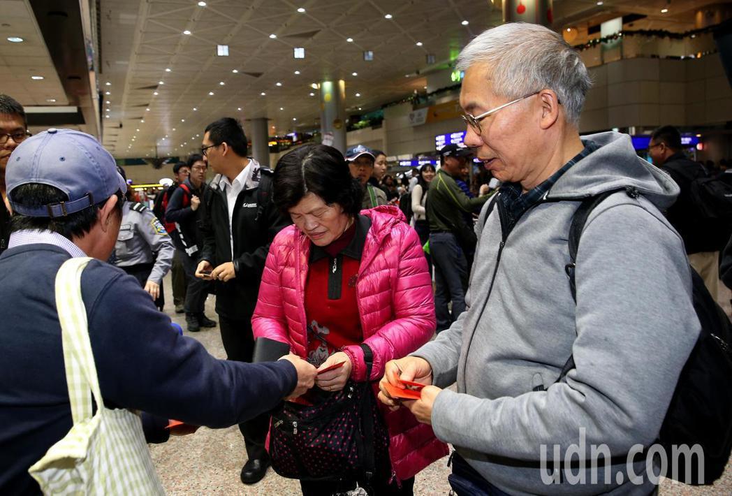 台灣旅行團22日在雲南發生車禍,3名未受傷的團員24日下午提前返台,65歲的賴姓...