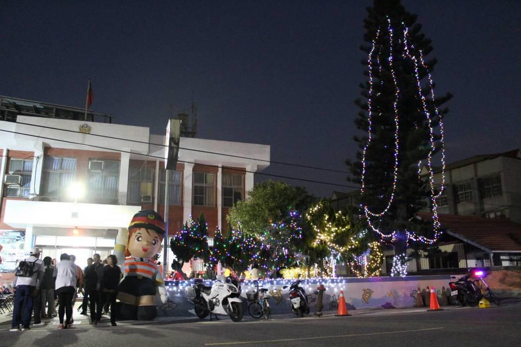 北門分駐所前樹齡35、高20公尺公尺南洋杉裝置成耶誕樹。圖/學甲警分局提供