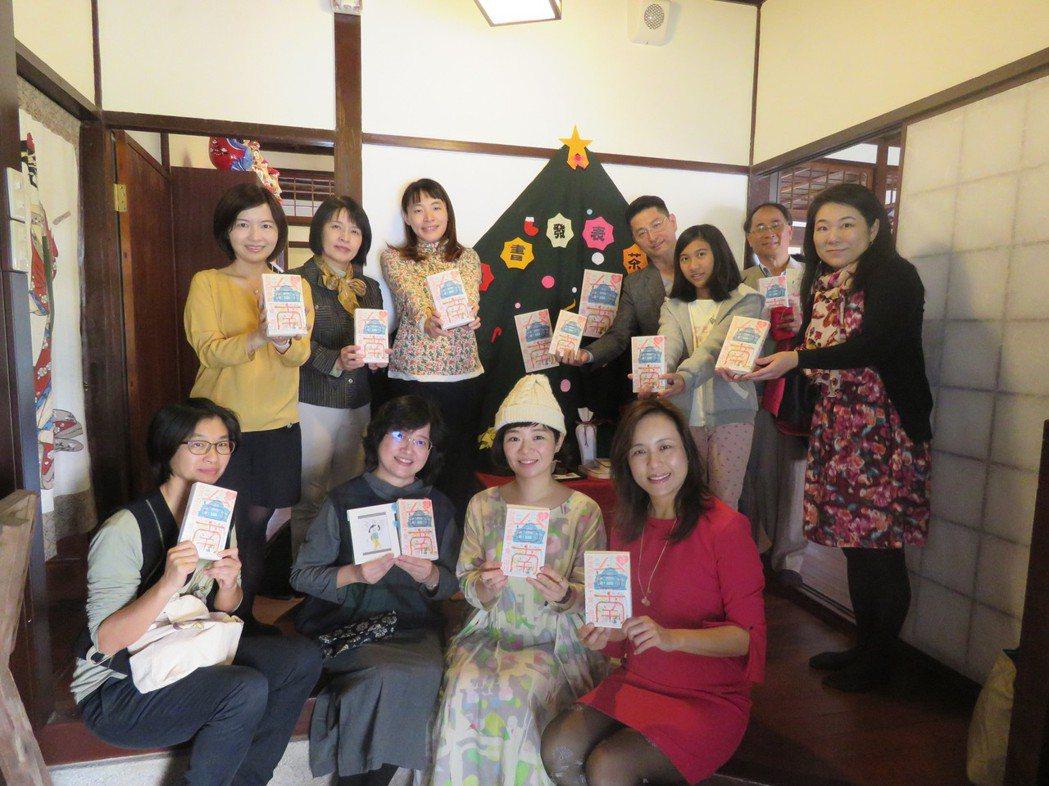 日本插畫家佐佐木千繪(前排右二)今天發展新書「LOVE台南」,介紹她喜愛的台南。...