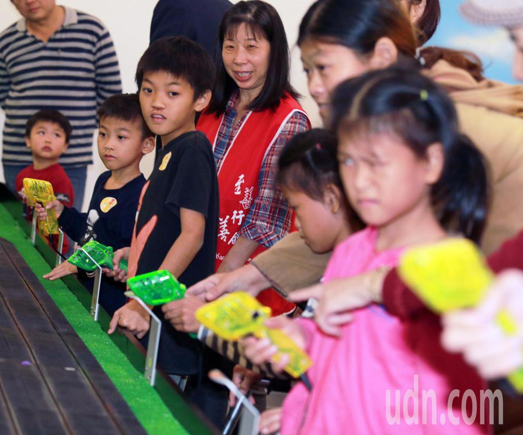 高雄富野渡假酒店與至善行善會合作,邀請高雄弱勢家庭約40人,在親子遊戲區的電刷車...