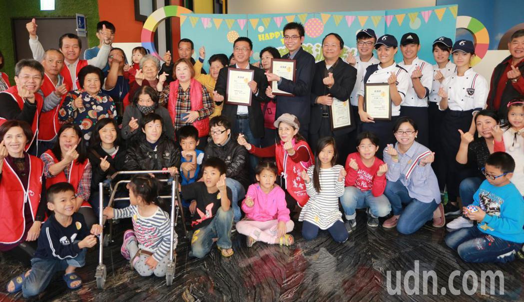 高雄富野酒店邀請高雄弱勢家庭約40人,一起前來高雄富野歡度耶誕,還招待免費住宿,...